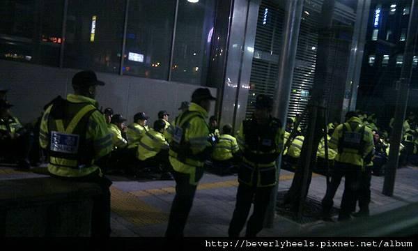 光化門前面一堆警察stand by不知道幹嘛