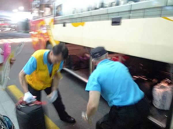 機場人員跟司機都會幫忙把行李丟到巴士底。然後發號碼牌方便領取