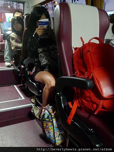 去機場的巴士上,膩膩還在很努力看退稅的資料