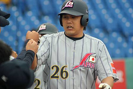 日本林稔幸 (Toshiyuki Hayas)在4局上敲出2分彈