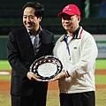 華南金控董事長王榮周接受亞洲棒球總會頒贈感謝銀盤