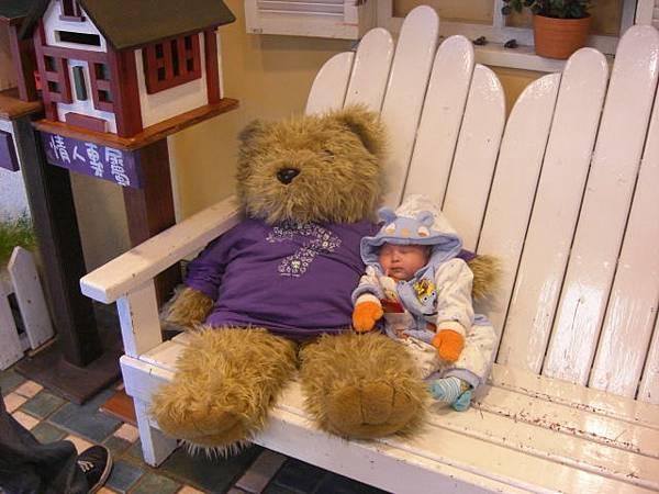 寶貝跟熊一起睡著了
