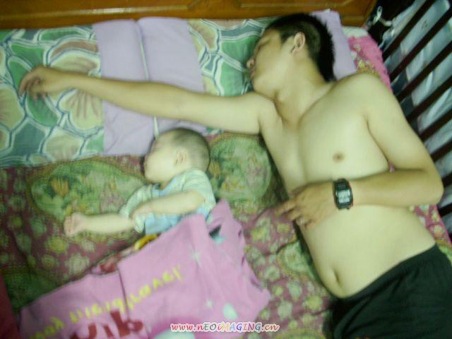 父子兩睡成這樣