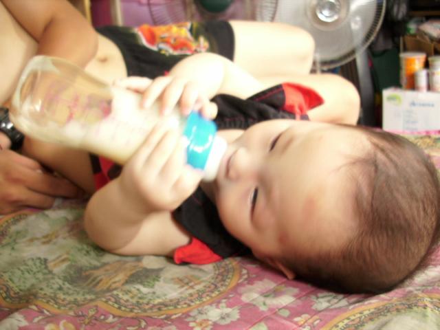 這懶小子想邊喝奶邊看電視