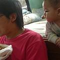 一直在偷看爸爸的食物 :D