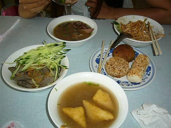 扒糕(難吃).涼麵.怪味酥.鹹味酥.糖火燒.羊雜湯.炸豆腐湯