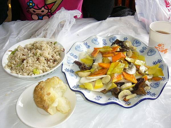 肉炒米.五色時蔬.烤洋芋