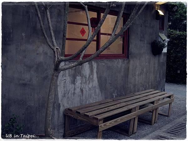 好丘-窗前的椅子.JPG