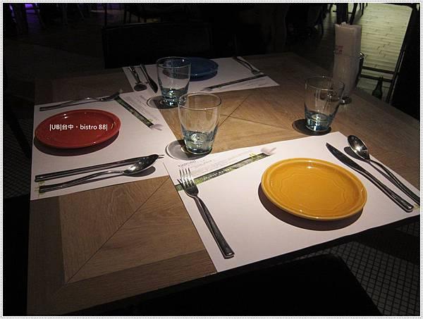 birstro-餐桌.JPG