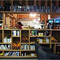 INO cafe-開放書架.JPG