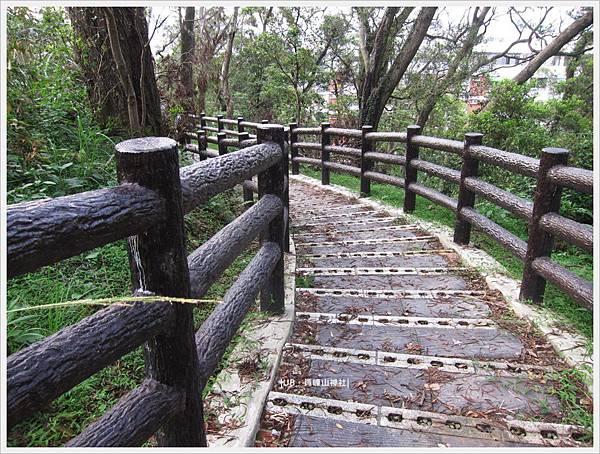 員崠山神社-階梯步道.JPG