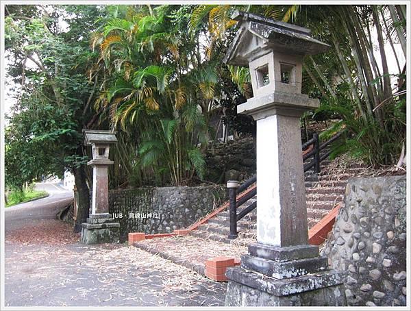 員崠山神社-石燈.JPG