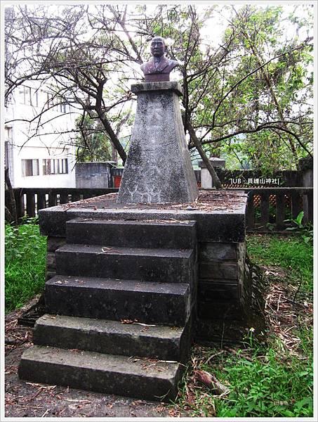 員崠山神社-國父石像.JPG