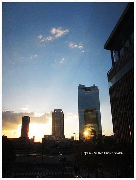 GRAND FRONT OSAKA-梅北廣場-大樓中的倒影大樓.JPG