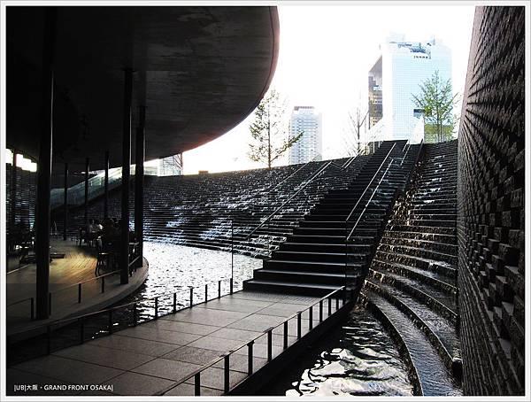 GRAND FRONT OSAKA-梅北廣場-水瀑階梯B1.JPG