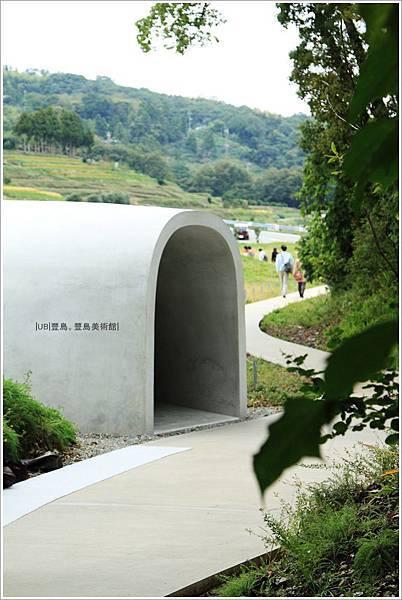 豐島美術館-入口.JPG