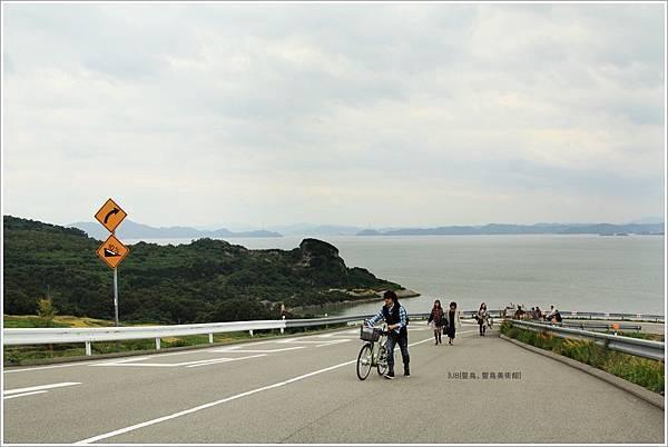 豐島美術館-坡道.JPG