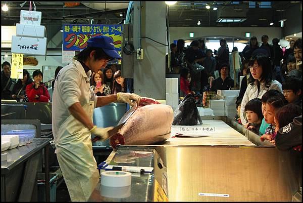 和歌山-白濱魚市場-殺鮪魚秀.JPG