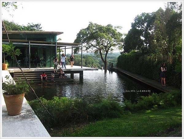 二泉湖畔-民宿前池塘.JPG