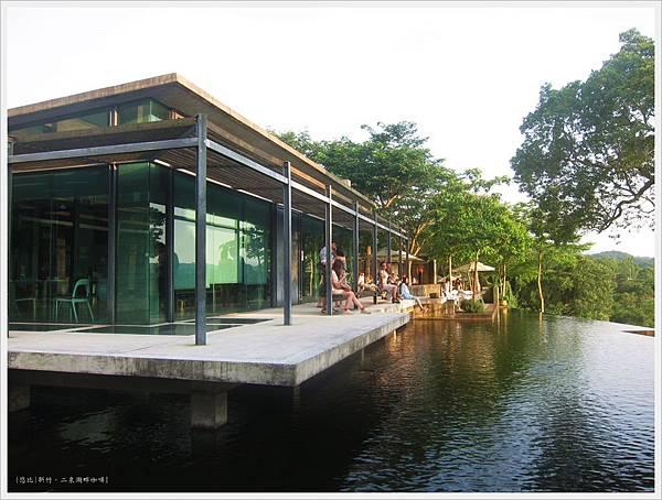 二泉湖畔-咖啡館外水池.JPG