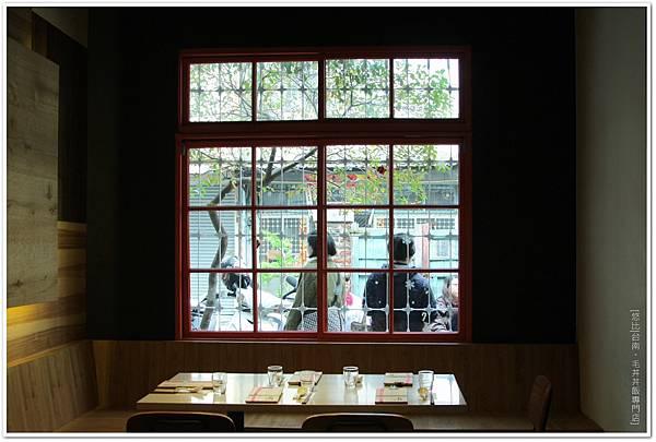 毛丼-店內大窗座位.JPG