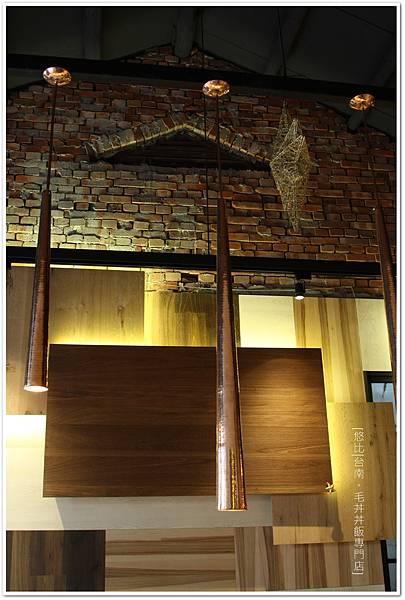 毛丼-店內磚牆.JPG