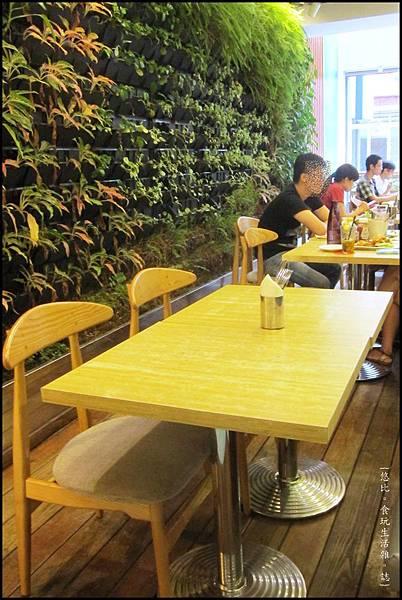 鮭魚咖啡-1F植物區前座位.JPG