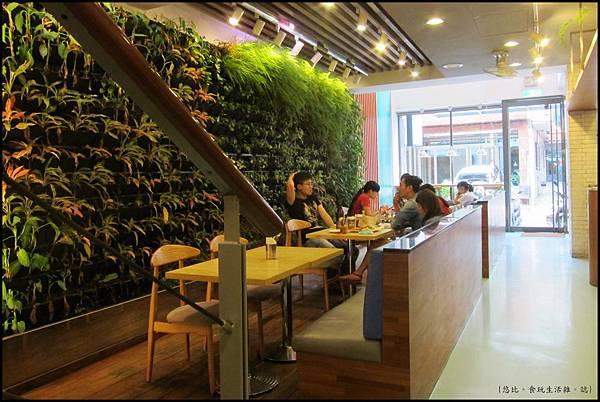 鮭魚咖啡-1F植物區前座位-1.JPG