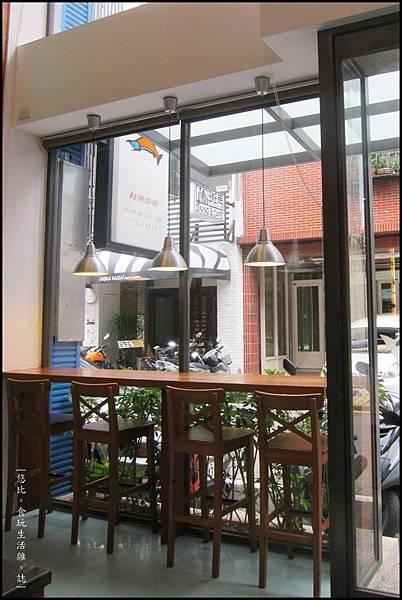 鮭魚咖啡-1F落地窗座位.JPG