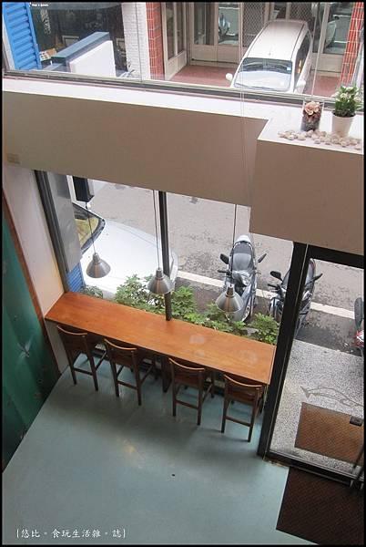 鮭魚咖啡-俯視1F落地窗座位.JPG