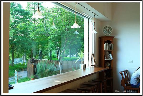 MITAKA 3e CAFE-咖啡館內-窗邊長桌.JPG
