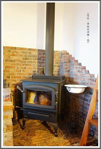 MITAKA 3e CAFE-咖啡館內-暖爐.JPG