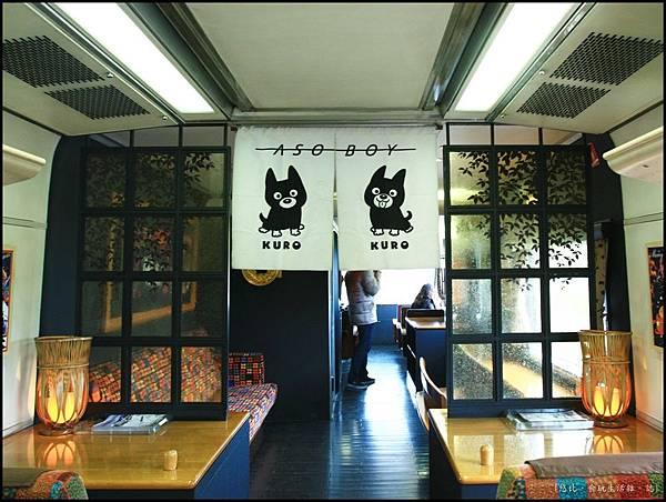 阿蘇男孩-車頭與一般車廂間的休憩區-1.JPG