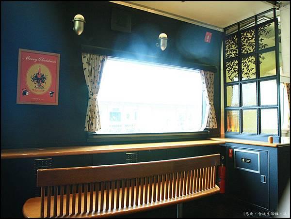 阿蘇男孩-車頭與一般車廂間的休憩區-2.JPG
