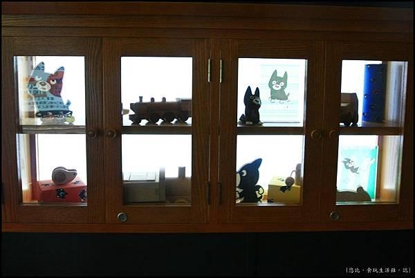 阿蘇男孩-車頭與一般車廂間的休憩區-展示櫃.JPG