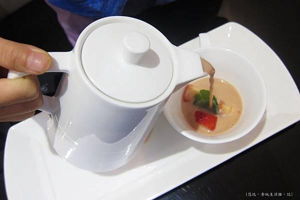 glow cafe-熱草莓奶茶-1.JPG