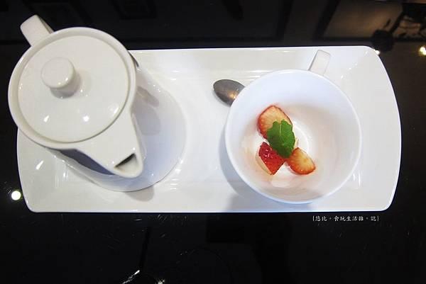glow cafe-熱草莓奶茶-2.JPG