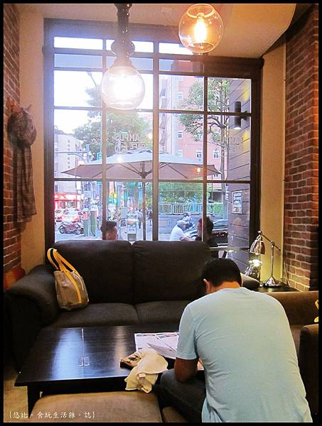 campus cafe-靠窗沙發區-1.JPG