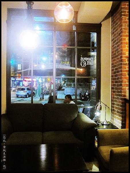 campus cafe-靠窗沙發區-2.JPG