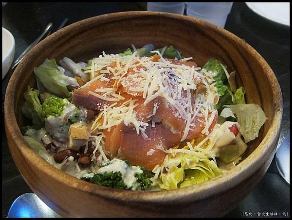 campus cafe-燻鮭魚凱薩沙拉-1.JPG
