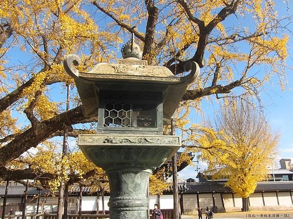西本願寺-御影堂前石燈籠-1.JPG