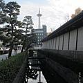 東本願寺-護城河京都塔倒影-1.JPG