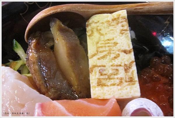 鵝房宮-綜合海鮮丼飯-鮑魚+煎蛋.JPG