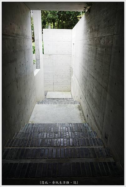 毓繡美術館-入口長廊階梯-1.JPG
