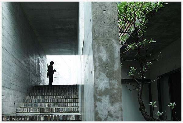 毓繡美術館-入口長廊階梯-2.JPG