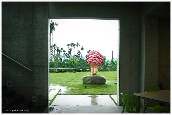 毓繡美術館-展覽館外草皮-7.JPG