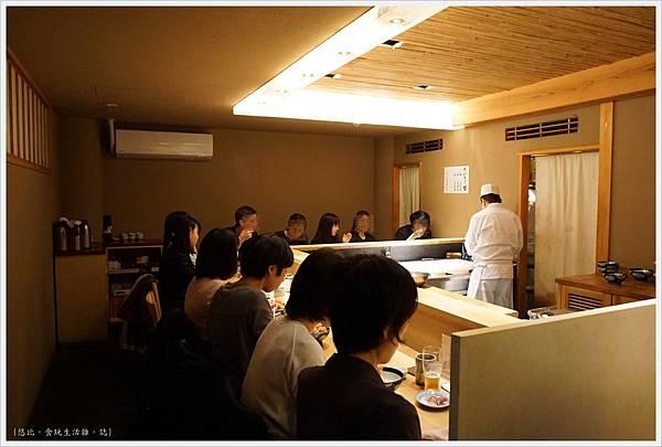 Tsuji半-店內座位-1.JPG