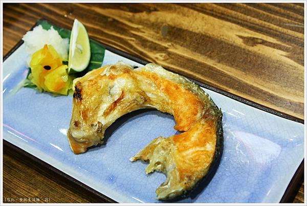 樂座爐端燒 崇德-鮭魚頭兩吃-烤.JPG