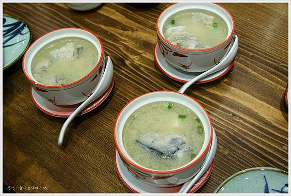 樂座爐端燒 崇德-鮭魚頭兩吃-湯.JPG