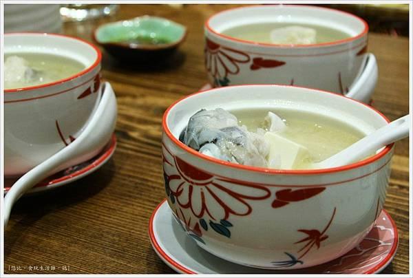樂座爐端燒 崇德-鮭魚頭兩吃-湯-1.JPG